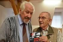 JAROSLAVU HAIDLEROVI (vpravo) křtil knihu kolega Muška.