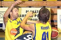 Zkušený pivot Věroslav Sucharda (vlevo) bude od nové sezony nastupovat v dresu Chomutova.