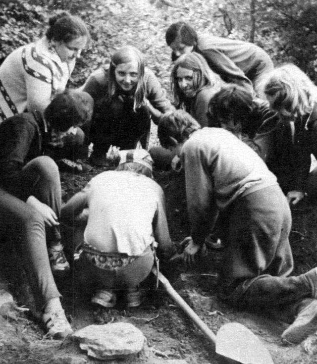 Marta Cvrková (vlevo nahoře) při práci sdětmi a studenty vroce 1975.