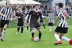 Fotbalisté Mojžíře (černobílí) a Neštěmic (červenočerní) se v přípravném utkání rozešli smírně 3:3.