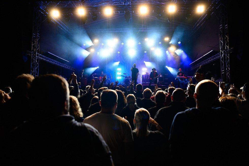 Letní koncert kapely Lucie v Pivovarské zahradě v Českém Krumlově. Foto: Pavel Sojka
