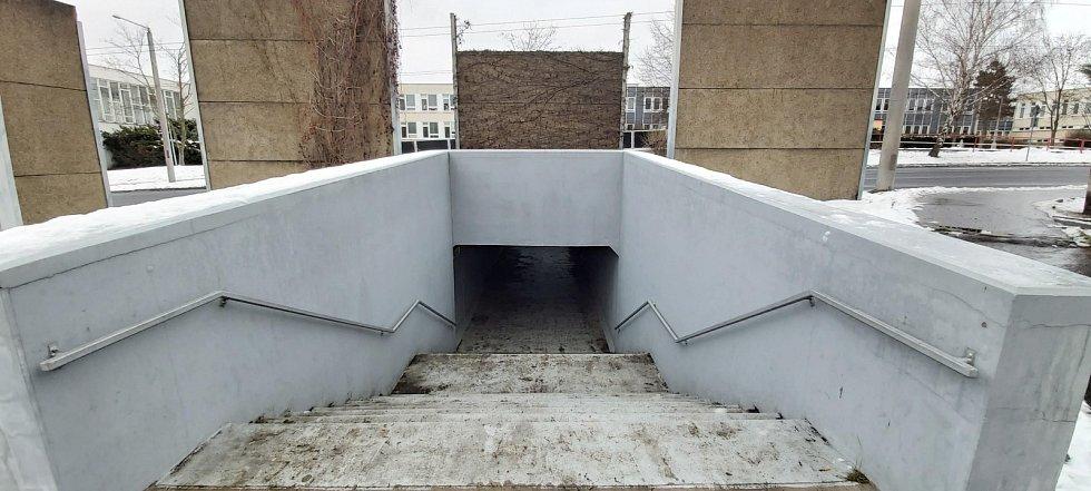 Obvod Střekov v Ústí nad Labem. Problematický podchod před základní školou