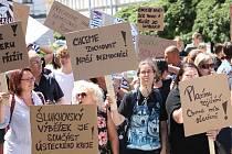Demonstrace proti zrušení nemocnice před Krajským úřadem. Zbytek fotek