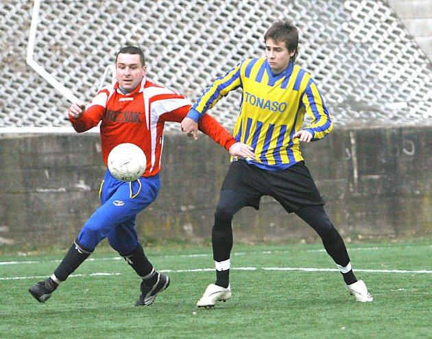 Čtveřicí zápasů startuje zítra zimní fotbalový turnaj na umělé trávě v Neštěmicích. Na snímku z loňského ročníku v souboji o míč domácí Kříž (vpravo) a Ptáček z Velkého Března.