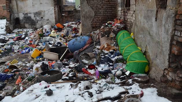 Nepořádek ve Sklářské ulici - stav v roce 2019.