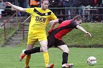 Fotbalisté Mojžíře (žlutí) doma v derby porazili Velké Březno 3:0.