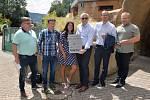 Zástupci města Ústí nad Labem s oceněním ze soutěže Bílý slon pro tamní zoologickou zahradu