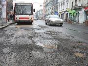 Silnice v Masarykově ulici vypadá, jako by se po ní projela tanková divize v plné zbroji.