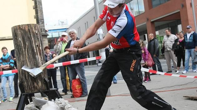 Stříbrný medailista z mistrovství světa dřevorubců Martin Komárek se příští pátek předvede v Letním kině.