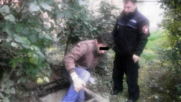 Mladý bezdomovec musel pod dohledem strážníka opustit příjemně vytápěný kolektor.