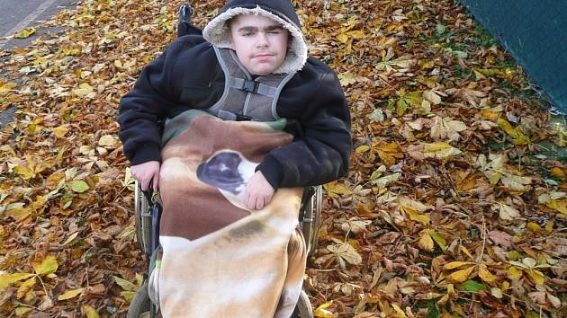 Patnáctiletý Patrik tráví na vozíku celé dny. Přeje si elektrický, díky kterému by byl soběstačnější a ulevil tak i své mamince.