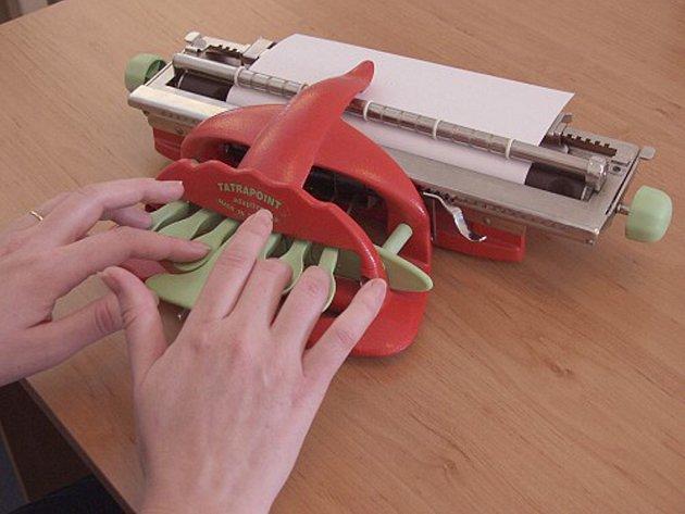 Pichtův psací stroj pro nevidomé pro zápis textu Braillovým písmem.