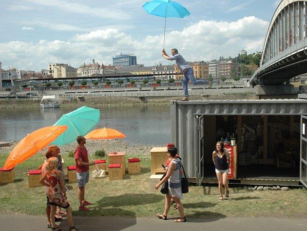 V sousedství mostu Edvarda Beneše začal fungovat bar z přepravního kontejneru.