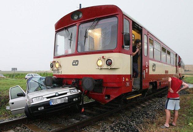 V neděli před devatenáctou hodinou došlo na nechráněném železničním přejezdu v Chotěšove na Litoměřicku ke střetu motorového vlaku a osobního automobilu Felicia.