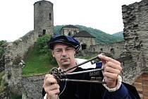 Svazek klíčů a dobový šat purkrabího je nezbytnou rekvizitou kastelána a průvodce turistů po střekovské zřícenině tamního hradu. Z nádvoří hradu na věž vedou stovky schodů, ty jsme museli po dobu exkurze vyšlápnout hned několikrát.
