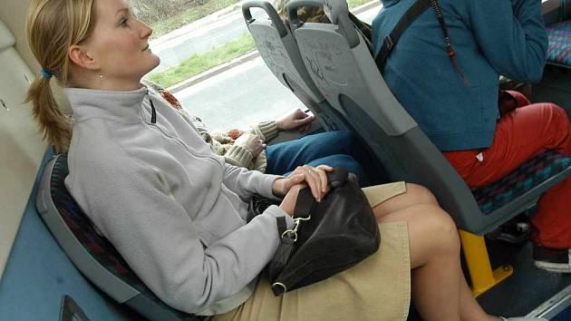 Vysocí lidé nemají v nových trolejbusech dostatek prostoru pro nohy