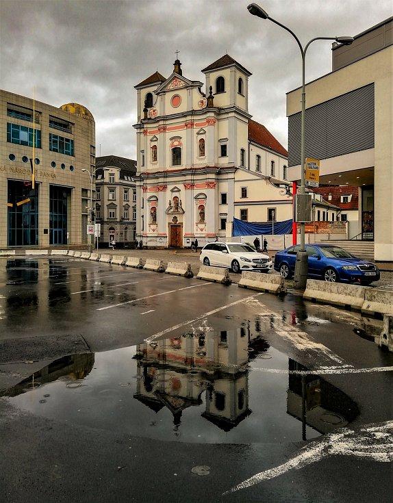 Ústecký fotograf Martin Vodňanský si oblíbil snímky zachycující dominanty města nad Labem v odrazu kaluže. Říká jim loužovky. Na snímku je chrám sv. Vojtěcha.