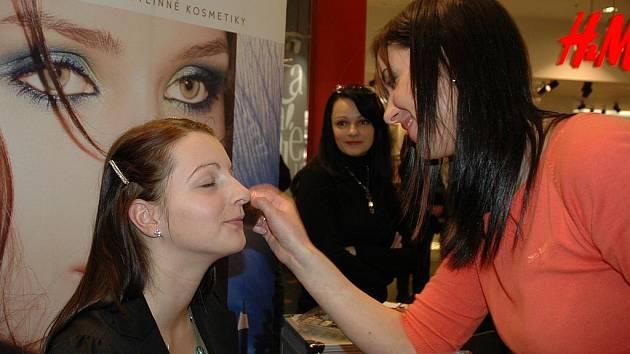 Vizážistka Katka Heřboltová ukázala na modelce Nikole Jiříkové triky nanášení make–upu na pleť.