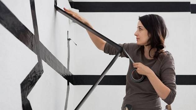 Esther Stocker při práci v Galerii moderního umění v Roudnici nad Labem.