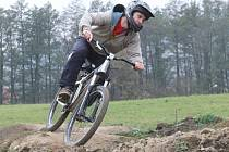 Radnice svěřila nevyužitý prostor na okraji města cyklistům. Z hlíny vznikají překážky.