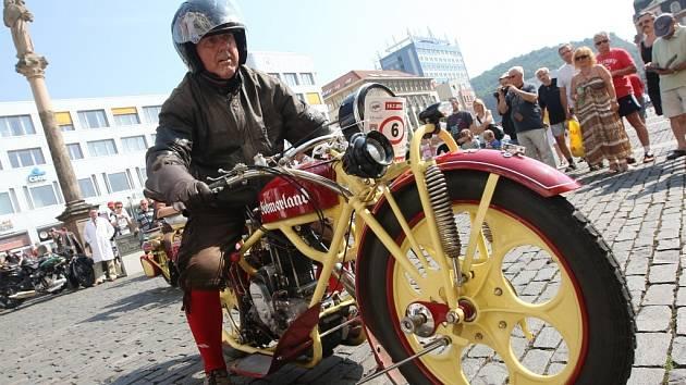 Veterány svezli majitelé v sobotu na ústecké Mírové náměstí. Naleštěné krasavce z tradiční Veteran rally Ústí nad Labem, která je součástí série závodů Czech Hero Ride, si nenechala ujít řada Ústečanů.