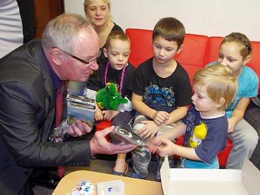 Dárky přivezl primátor Josef Zikmund dětem do Klokánku v Krásném Březně a do azylového domu na Severní Terase.