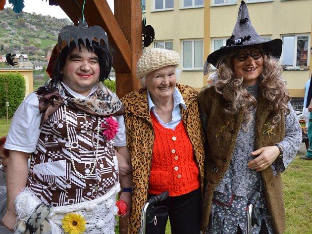 Pálení čarodějnic seniorům ve Velkém Březně vyšlo.