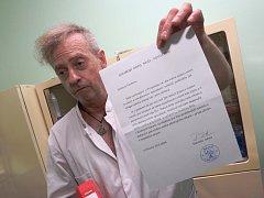 Doktor Zdeněk Postler s otevřeným dopisem, ve kterém mu starosta doporučuje odchod z Chlumce.