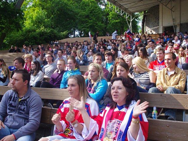 Hokejoví fanoušci v Letním kině.