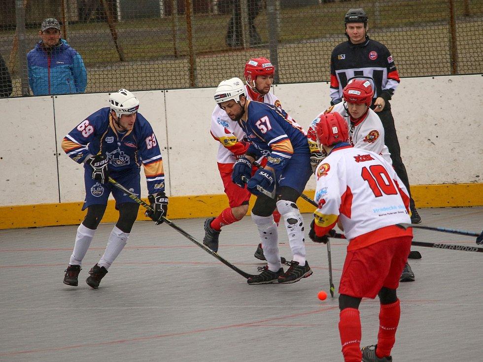 Hokejbalová extraliga, Elba DDM Ústí (v tmavém) proti Hradci Králové (2:1). Foto: Elba DDM/Tomáš Laibl