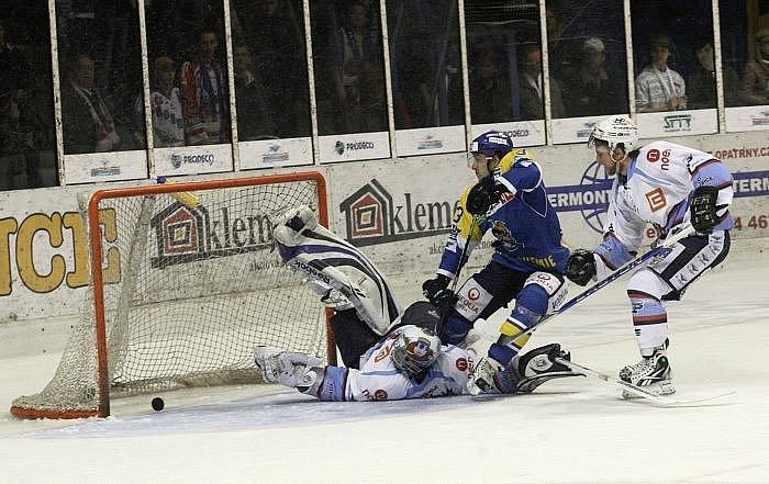 Hokejisté KLH Chomutov (v bílém) hostili na své ledové ploše hokejisty HC Ústečtí Lvi