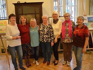 Seniorky představují svou tvorbou v kavárně ústeckého muzea.