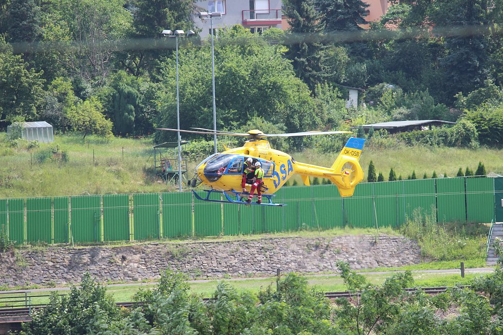 Pod hradem Střekov zachraňovali vrtulníkem lidi z lodě.