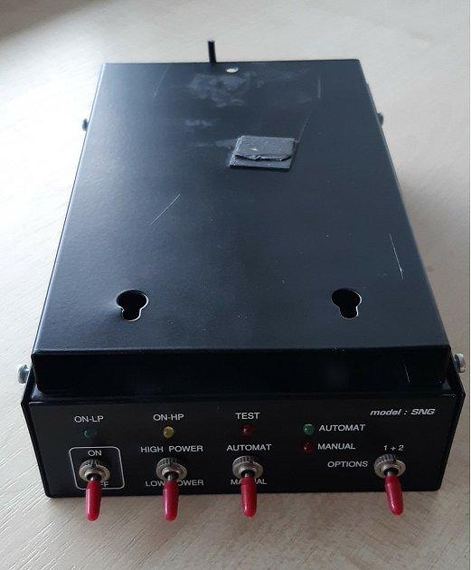 SNG rušička mikrofonů – šumový generátor, kterou našel vhejtmanské kanceláři Jan Schiller.
