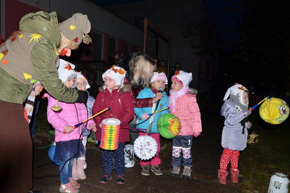 Svatomartinská slavnost před školkou v Doběticích