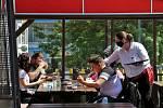 Předzahrádky ústeckých restaurací pomalu ale jistě ožívají a opět vítají své zákazníky.
