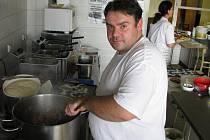 V restauraci Sport Pub Zlatopramen na zimním stadionu se vařilo, jako každý čtvrtek, podle čtenářů Ústeckého deníku. Na snímku kuchař Roman Mašek.