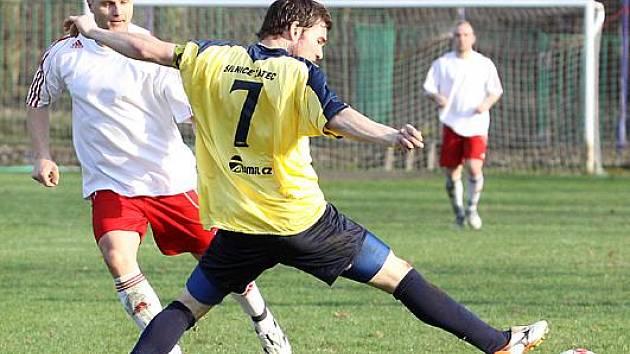 Fotbalisté Střekova (bílo - červení) doma porazili Žatec 2:1 a po šesti porážkách v řadě se konečně mohli radovat.