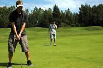 Petr Hledík se synem Ondřejem (na snímku s trenérem Tomášem Kodrlem) absolvovali golfovou akademii.