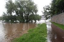 Cyklostezka na Střekově je pod vodou.