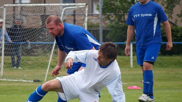Fotbalisté Chabařovic (bílé dresy) doma porazili Sebuzín těsbě 1:0.