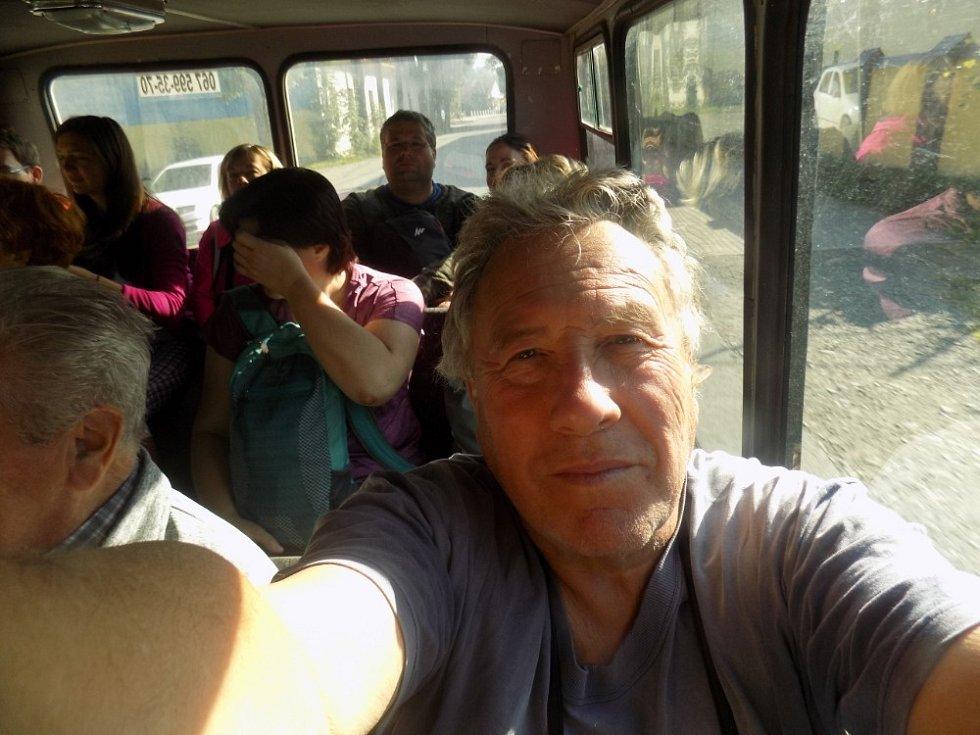 Teréňákem, co jinak vozí lidi na pole (tzv. babosed), který má kabinu, stoupáme do hor