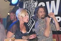 ažská popová a funky zpěvačka Tereza Černochová vystoupila na úvod svého turné spolu s Danem Bártou v ústeckém klubu Sport Pub Irská.