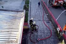 Zásah hasičů vcentru Ústí nad Labem. V podchodu doutnal odpad