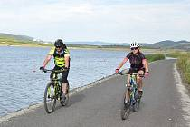 Jezero Milada láká cyklisty i turisty. Ilustrační foto.
