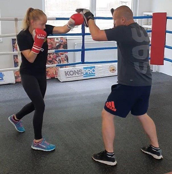 Boxer Lukáš Konečný při tréninku sdcerou.