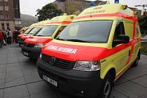 Osm vozů záchranné služby bylo předáno před ústeckým magistrátem