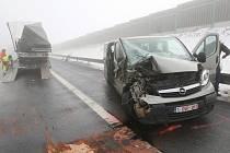 Dálnici D8 na Ústecku uzavřela hromadná nehoda.