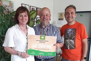 Lenka Machaloušová, ředitelka Arkadie a projektový manažer Arkadie Karel  Klášterka přebírají symbolický šek na 60 tisíc od Jana Valenty, ředitele trmické pobočky Globusu (uprostřed).