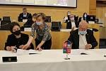 Konkurzní správkyně Martina Jinochová Matyášová (vlevo) podepisuje s hejtmanem Oldřichem Bubeníčkem dokumenty o prodeji rumburské nemocnice